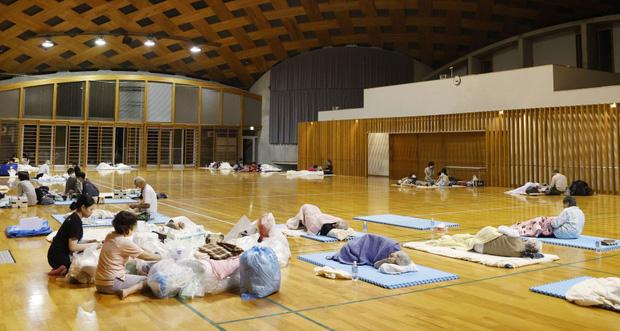 Chùm ảnh: Nhật Bản tan hoang khi lũ lớn càn quét giữa thời điểm bóng ma của đại dịch Covid-19 vẫn đang hiện diện - Ảnh 16.