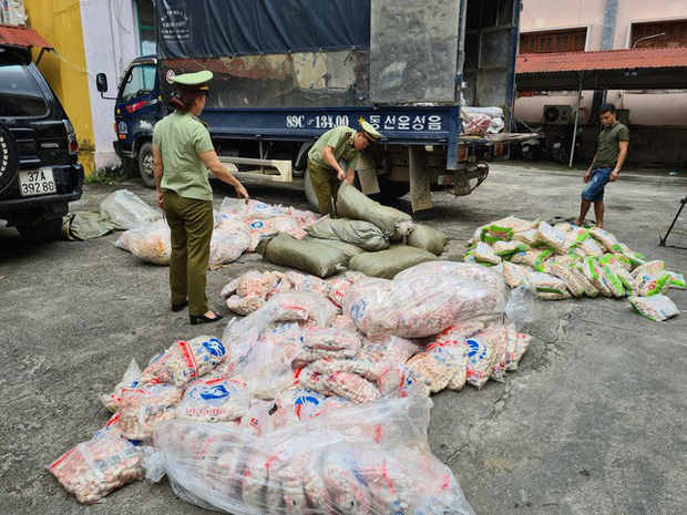 Tịch thu hàng tấn chả cá, sủi cảo không rõ nguồn gốc - Ảnh 1.