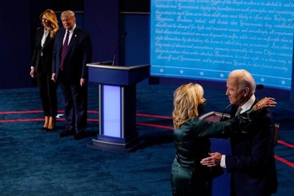 Kết thúc cuộc tranh luận, gia đình Joe Biden thể hiện tình cảm mặn nồng, trong khi nhà ông Trump lại có động thái hoàn toàn trái ngược - Ảnh 1.