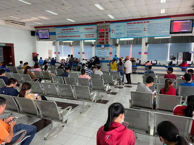 Ngày đầu bán vé Tết Tân Sửu 2021: Ga Sài Gòn vắng khách vì hàng chục nghìn người đã mua vé qua mạng - Ảnh 2.