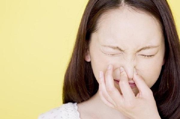 Có 6 thói quen ít được nhắc tới nhưng bạn cần từ bỏ ngay vì có thể khiến xương chậu bị nghiêng, tổn thương màng nhĩ và ngấm hóa chất vào người - Ảnh 2.