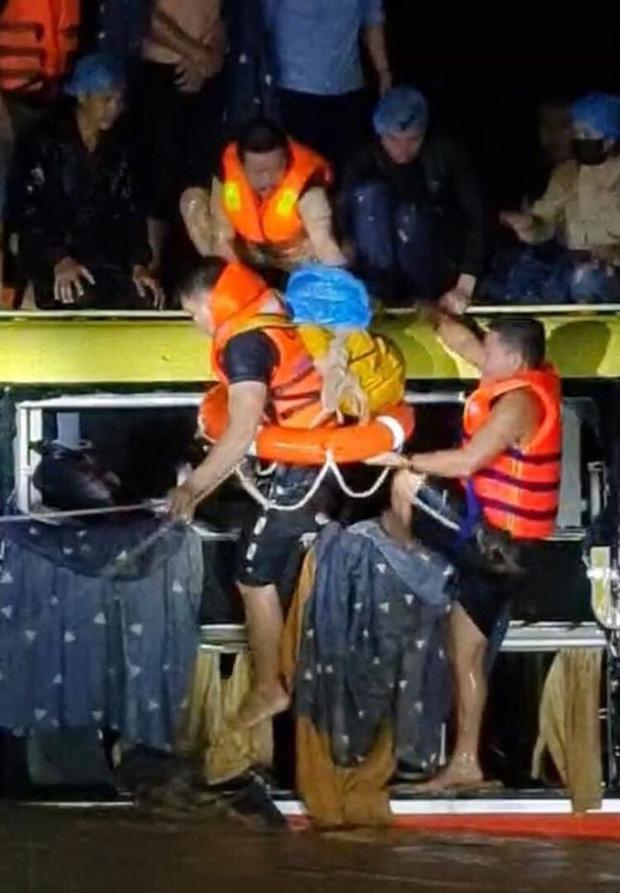 Nghẹt thở giải cứu 20 người mắc kẹt trong xe khách bị nước lũ cuốn trôi ở Quảng Bình - Ảnh 2.