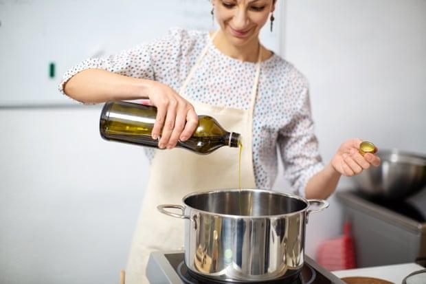 Tái sử dụng dầu ăn an toàn: Làm sai biến dầu thành thuốc độc, làm đúng dùng thêm tới 6 lần - Ảnh 1.