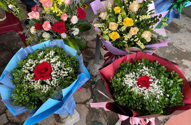 Thị trường hoa tươi ngày 20/10 trầm lắng, nhiều phụ nữ từ chối nhận hoa, quà - Ảnh 3.