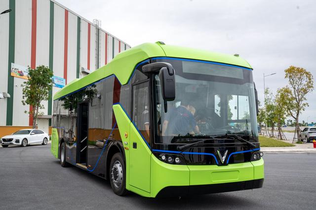 VinFast công bố xe buýt điện đầu tiên: Sạc đầy 2 tiếng, đi được 220-260 km, wifi, giá vé 3.000-10.000 đồng/lượt - Ảnh 1.