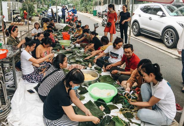 """Người Sài Gòn trắng đêm gói 5.000 bánh chưng, bánh tét gửi bà con vùng lũ, tiếp sức cho """"khúc ruột"""" miền Trung - Ảnh 1."""