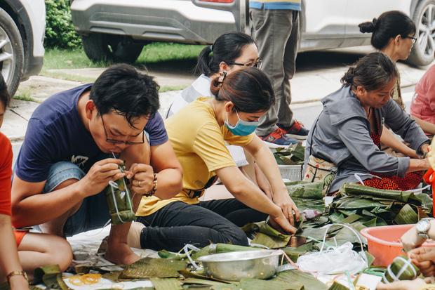 """Người Sài Gòn trắng đêm gói 5.000 bánh chưng, bánh tét gửi bà con vùng lũ, tiếp sức cho """"khúc ruột"""" miền Trung - Ảnh 11."""