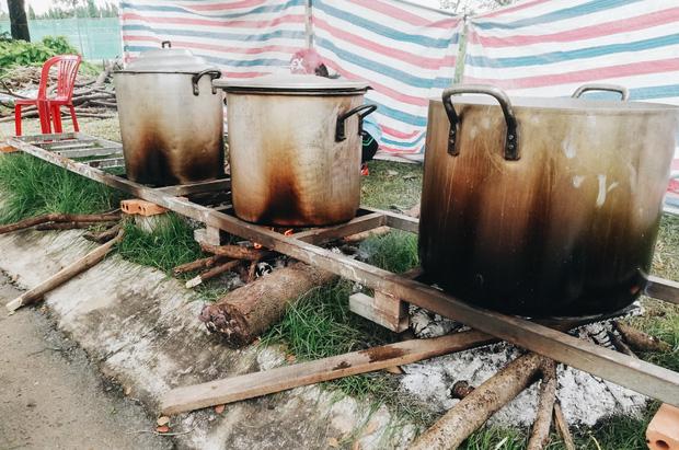 """Người Sài Gòn trắng đêm gói 5.000 bánh chưng, bánh tét gửi bà con vùng lũ, tiếp sức cho """"khúc ruột"""" miền Trung - Ảnh 13."""