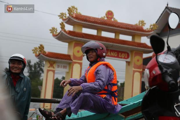 Tình người trong cơn lũ lịch sử ở Quảng Bình: Dân đội mưa lạnh, ăn mỳ tôm sống đi cứu trợ nhà ngập lụt - Ảnh 19.