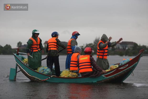 Tình người trong cơn lũ lịch sử ở Quảng Bình: Dân đội mưa lạnh, ăn mỳ tôm sống đi cứu trợ nhà ngập lụt - Ảnh 4.