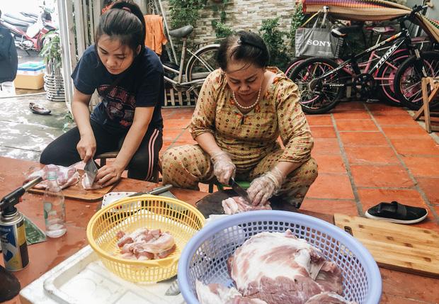 """Người Sài Gòn trắng đêm gói 5.000 bánh chưng, bánh tét gửi bà con vùng lũ, tiếp sức cho """"khúc ruột"""" miền Trung - Ảnh 4."""