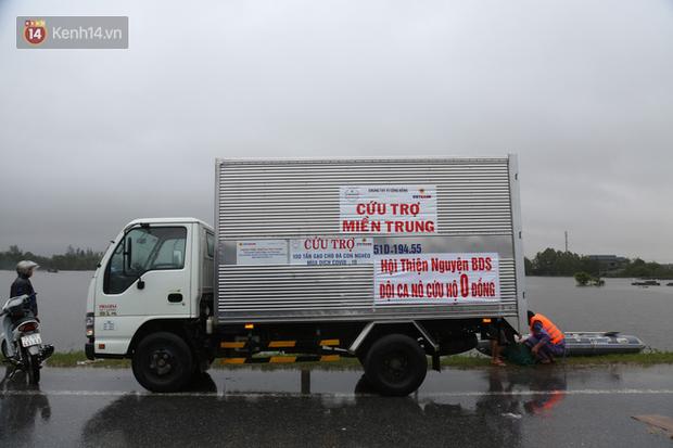 Tình người trong cơn lũ lịch sử ở Quảng Bình: Dân đội mưa lạnh, ăn mỳ tôm sống đi cứu trợ nhà ngập lụt - Ảnh 5.