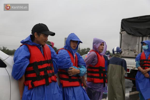 Tình người trong cơn lũ lịch sử ở Quảng Bình: Dân đội mưa lạnh, ăn mỳ tôm sống đi cứu trợ nhà ngập lụt - Ảnh 8.