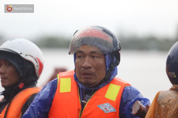 Tình người trong cơn lũ lịch sử ở Quảng Bình: Dân đội mưa lạnh, ăn mỳ tôm sống đi cứu trợ nhà ngập lụt - Ảnh 9.