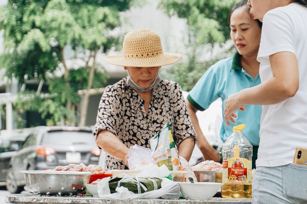 """Người Sài Gòn trắng đêm gói 5.000 bánh chưng, bánh tét gửi bà con vùng lũ, tiếp sức cho """"khúc ruột"""" miền Trung - Ảnh 9."""