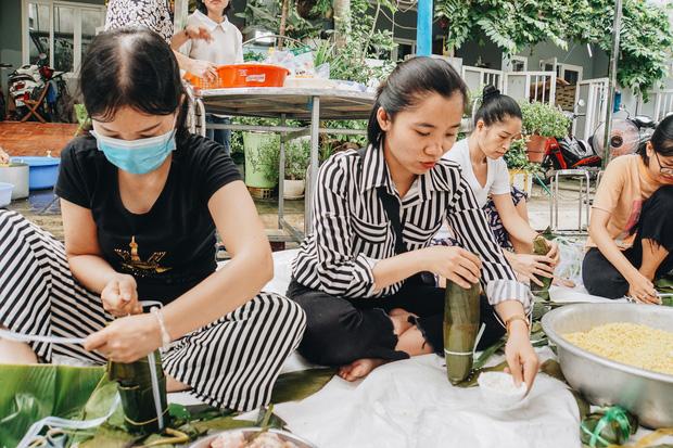 """Người Sài Gòn trắng đêm gói 5.000 bánh chưng, bánh tét gửi bà con vùng lũ, tiếp sức cho """"khúc ruột"""" miền Trung - Ảnh 10."""