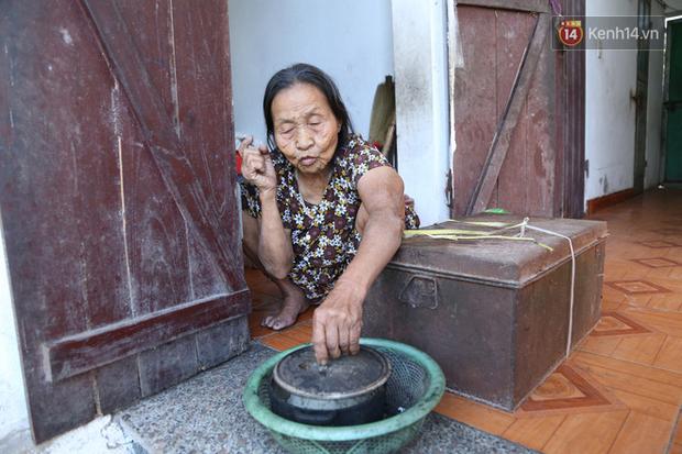 Gặp cụ bà lưng còng cõng bao quần áo, mì tôm ủng hộ người dân miền Trung: Hơn 200.000 đồng/tháng tôi vẫn đủ ăn tiêu xả láng, của ít lòng nhiều, giúp được phần nào đỡ phần đó - Ảnh 13.
