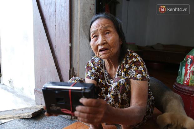 Gặp cụ bà lưng còng cõng bao quần áo, mì tôm ủng hộ người dân miền Trung: Hơn 200.000 đồng/tháng tôi vẫn đủ ăn tiêu xả láng, của ít lòng nhiều, giúp được phần nào đỡ phần đó - Ảnh 19.