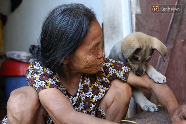 Gặp cụ bà lưng còng cõng bao quần áo, mì tôm ủng hộ người dân miền Trung: Hơn 200.000 đồng/tháng tôi vẫn đủ ăn tiêu xả láng, của ít lòng nhiều, giúp được phần nào đỡ phần đó - Ảnh 21.