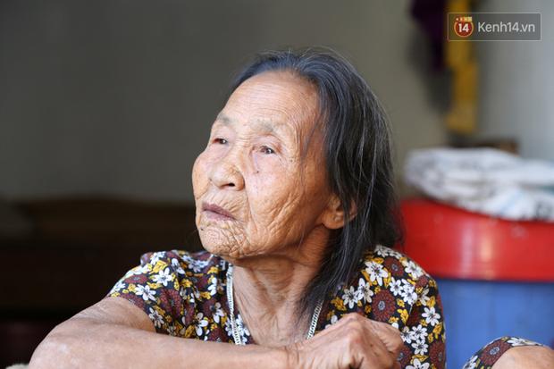 Gặp cụ bà lưng còng cõng bao quần áo, mì tôm ủng hộ người dân miền Trung: Hơn 200.000 đồng/tháng tôi vẫn đủ ăn tiêu xả láng, của ít lòng nhiều, giúp được phần nào đỡ phần đó - Ảnh 5.