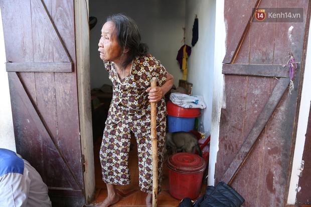 Gặp cụ bà lưng còng cõng bao quần áo, mì tôm ủng hộ người dân miền Trung: Hơn 200.000 đồng/tháng tôi vẫn đủ ăn tiêu xả láng, của ít lòng nhiều, giúp được phần nào đỡ phần đó - Ảnh 6.