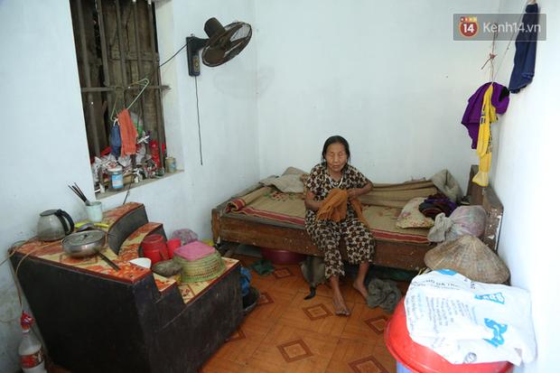 Gặp cụ bà lưng còng cõng bao quần áo, mì tôm ủng hộ người dân miền Trung: Hơn 200.000 đồng/tháng tôi vẫn đủ ăn tiêu xả láng, của ít lòng nhiều, giúp được phần nào đỡ phần đó - Ảnh 7.