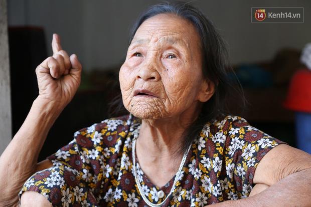 Gặp cụ bà lưng còng cõng bao quần áo, mì tôm ủng hộ người dân miền Trung: Hơn 200.000 đồng/tháng tôi vẫn đủ ăn tiêu xả láng, của ít lòng nhiều, giúp được phần nào đỡ phần đó - Ảnh 8.