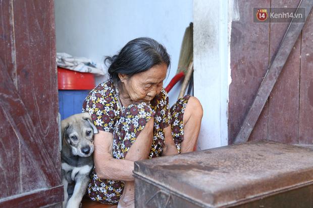 Gặp cụ bà lưng còng cõng bao quần áo, mì tôm ủng hộ người dân miền Trung: Hơn 200.000 đồng/tháng tôi vẫn đủ ăn tiêu xả láng, của ít lòng nhiều, giúp được phần nào đỡ phần đó - Ảnh 9.