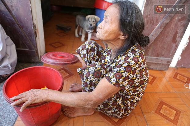 Gặp cụ bà lưng còng cõng bao quần áo, mì tôm ủng hộ người dân miền Trung: Hơn 200.000 đồng/tháng tôi vẫn đủ ăn tiêu xả láng, của ít lòng nhiều, giúp được phần nào đỡ phần đó - Ảnh 11.
