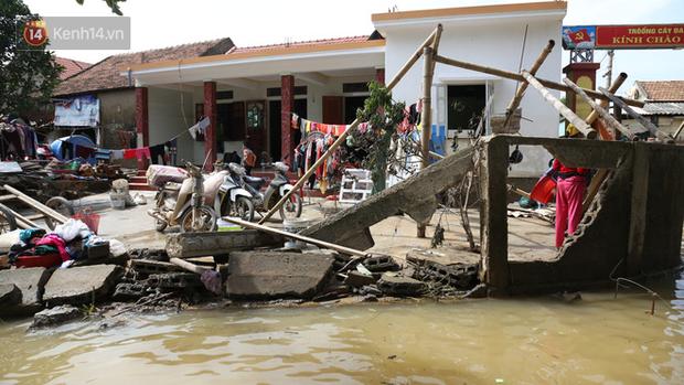Ảnh: Người dân Quảng Bình bì bõm bơi trong biển rác sau trận lũ lịch sử, nguy cơ lây nhiễm bệnh tật - Ảnh 1.