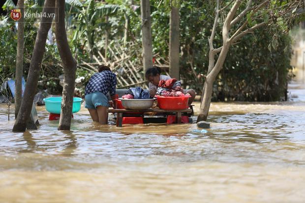 Ảnh: Người dân Quảng Bình bì bõm bơi trong biển rác sau trận lũ lịch sử, nguy cơ lây nhiễm bệnh tật - Ảnh 2.