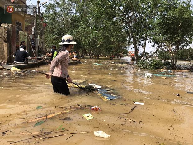 Ảnh: Người dân Quảng Bình bì bõm bơi trong biển rác sau trận lũ lịch sử, nguy cơ lây nhiễm bệnh tật - Ảnh 14.