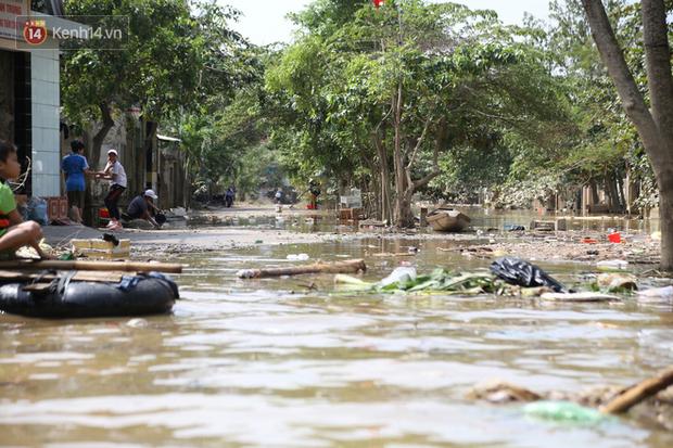 Ảnh: Người dân Quảng Bình bì bõm bơi trong biển rác sau trận lũ lịch sử, nguy cơ lây nhiễm bệnh tật - Ảnh 16.