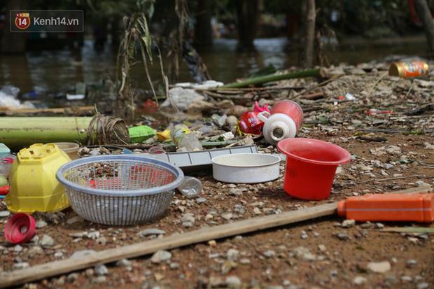 Ảnh: Người dân Quảng Bình bì bõm bơi trong biển rác sau trận lũ lịch sử, nguy cơ lây nhiễm bệnh tật - Ảnh 23.