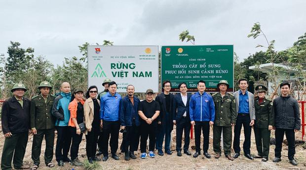 Hà Anh Tuấn cùng công ty trồng 1800 cây rừng giúp người dân chống lũ - Ảnh 1.