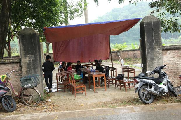 Người dân chặn xe vào bãi rác Nam Sơn: Mấy chục năm nay chúng tôi đã quá khổ rồi, ruồi nhặng nhiều khiến có hôm phải chui vào màn ăn cơm - Ảnh 1.