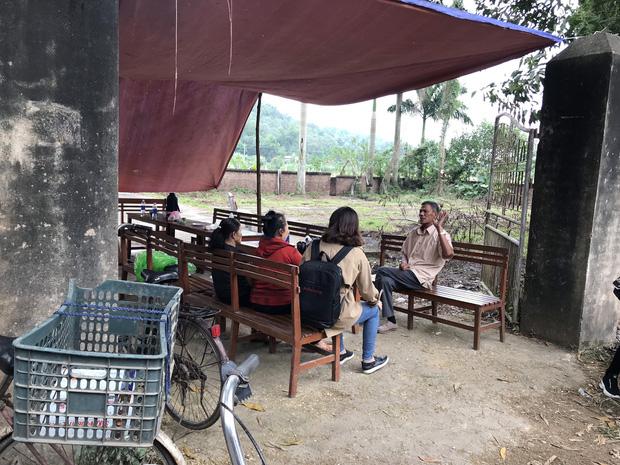 Người dân chặn xe vào bãi rác Nam Sơn: Mấy chục năm nay chúng tôi đã quá khổ rồi, ruồi nhặng nhiều khiến có hôm phải chui vào màn ăn cơm - Ảnh 2.