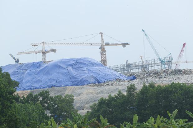 Người dân chặn xe vào bãi rác Nam Sơn: Mấy chục năm nay chúng tôi đã quá khổ rồi, ruồi nhặng nhiều khiến có hôm phải chui vào màn ăn cơm - Ảnh 5.