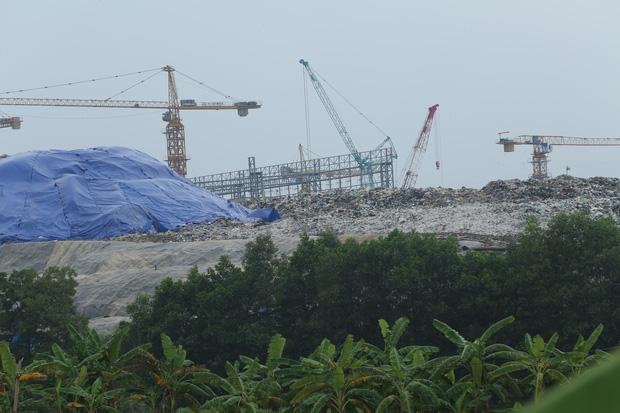 Người dân chặn xe vào bãi rác Nam Sơn: Mấy chục năm nay chúng tôi đã quá khổ rồi, ruồi nhặng nhiều khiến có hôm phải chui vào màn ăn cơm - Ảnh 6.