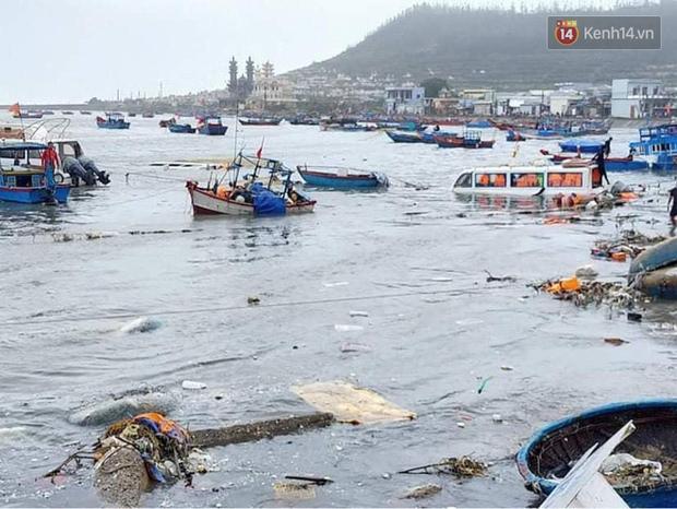 Những hình ảnh đầu tiên tại đảo Lý Sơn khi bão số 9 đi qua: Mọi thứ đều tan hoang, người dân thất thần bên đống đổ nát - Ảnh 17.