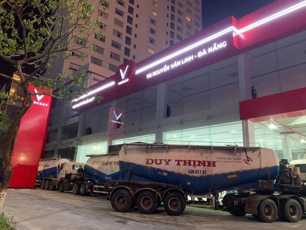 Người Đà Nẵng thuê container chắn trước khách sạn, cửa hàng để đề phòng sức tàn phá khủng khiếp của bão số 9 - Ảnh 3.