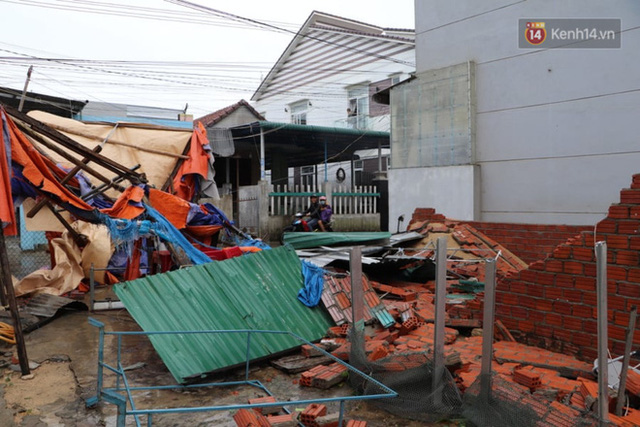 Bão đi qua, nhà sập hết nhưng người dân ven biển Quảng Ngãi vẫn chung tay giúp đỡ nhau, phụ vớt thuyền bị chìm lên bờ  - Ảnh 14.