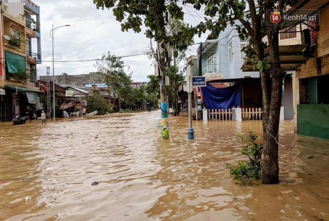 Bão đi qua, nhà sập hết nhưng người dân ven biển Quảng Ngãi vẫn chung tay giúp đỡ nhau, phụ vớt thuyền bị chìm lên bờ  - Ảnh 17.