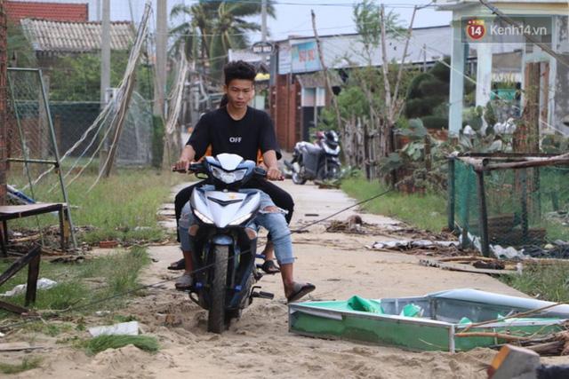 Bão đi qua, nhà sập hết nhưng người dân ven biển Quảng Ngãi vẫn chung tay giúp đỡ nhau, phụ vớt thuyền bị chìm lên bờ  - Ảnh 20.