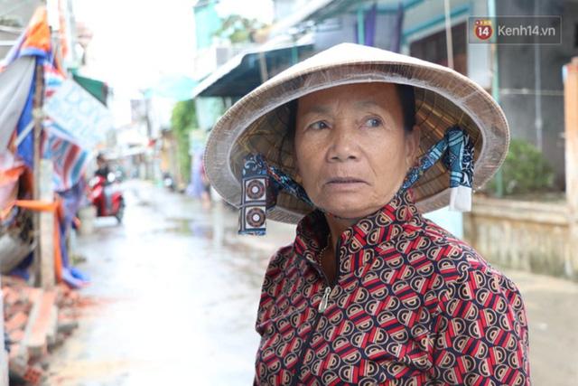 Bão đi qua, nhà sập hết nhưng người dân ven biển Quảng Ngãi vẫn chung tay giúp đỡ nhau, phụ vớt thuyền bị chìm lên bờ  - Ảnh 21.