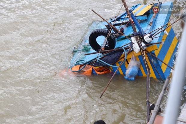Bão đi qua, nhà sập hết nhưng người dân ven biển Quảng Ngãi vẫn chung tay giúp đỡ nhau, phụ vớt thuyền bị chìm lên bờ  - Ảnh 23.