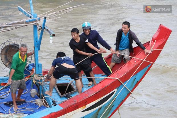 Bão đi qua, nhà sập hết nhưng người dân ven biển Quảng Ngãi vẫn chung tay giúp đỡ nhau, phụ vớt thuyền bị chìm lên bờ  - Ảnh 24.