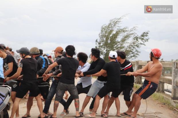 Bão đi qua, nhà sập hết nhưng người dân ven biển Quảng Ngãi vẫn chung tay giúp đỡ nhau, phụ vớt thuyền bị chìm lên bờ  - Ảnh 25.