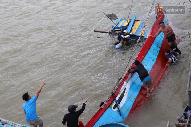 Bão đi qua, nhà sập hết nhưng người dân ven biển Quảng Ngãi vẫn chung tay giúp đỡ nhau, phụ vớt thuyền bị chìm lên bờ  - Ảnh 26.