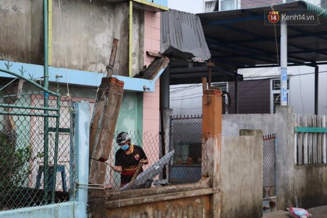 Bão đi qua, nhà sập hết nhưng người dân ven biển Quảng Ngãi vẫn chung tay giúp đỡ nhau, phụ vớt thuyền bị chìm lên bờ  - Ảnh 5.
